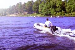 Imbarcazione a motore di gomma gonfiabile moderna di velocità su acqua fotografie stock libere da diritti