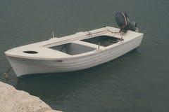 Imbarcazione a motore e primo piano della corda di attracco trasporto immagine stock