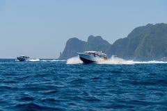 Imbarcazione a motore ed isola nel mare Fotografie Stock