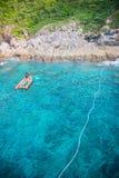 Imbarcazione a motore gonfiabile di gomma arancio nel mare Fotografia Stock