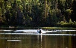 Imbarcazione a motore sul lago Fotografia Stock Libera da Diritti