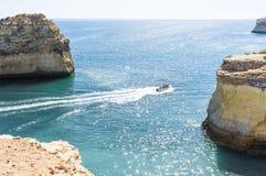 Imbarcazione a motore sulla costa Fotografia Stock
