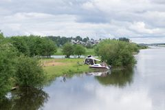 Imbarcazione a motore verde attraccata nel lago Immagini Stock Libere da Diritti
