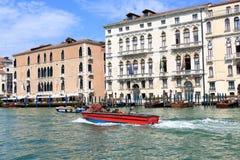 Imbarcazione a motore Vigili del Fuoco in Grand Canal Venezia, Italia Immagine Stock Libera da Diritti