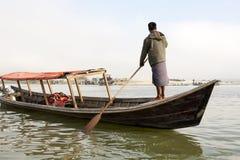 Imbarcazione a remi dell'uomo fotografie stock libere da diritti