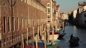 Imbarcazione a remi dell'uomo in canale di Venezia a Dawn Or Dusk stock footage