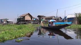 Imbarcazione a remi della gente sul lago Inle nello Shan, Myanmar video d archivio