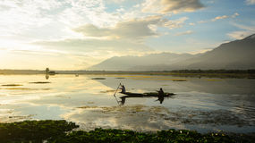 Imbarcazione a remi della gente sul lago a Srinagar, India Fotografie Stock