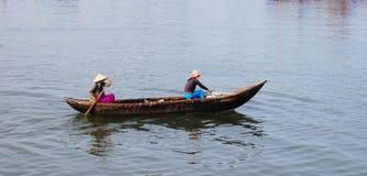 Imbarcazione a remi della gente sul mare in Quy Nhon, Vietnam Immagine Stock