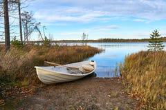 Imbarcazione a remi dentro lakeshore fotografia stock