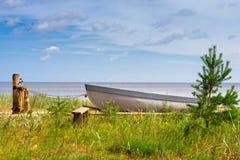 Imbarcazione a remi di legno di pesca sulla riva Fotografia Stock Libera da Diritti