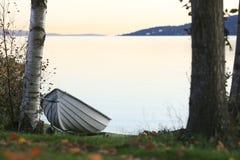 Imbarcazione a remi su una costa del lago fotografie stock libere da diritti