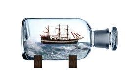 Imbarcazione a vela in bottiglia di vetro immagine stock