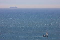 Imbarcazione a vela e traghetto sul Manica Immagini Stock Libere da Diritti