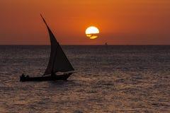 Imbarcazione a vela tradizionale del Dhow al tramonto Fotografia Stock