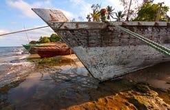 Imbarcazione a vela tradizionale del Dhow tirata fra le maree immagini stock