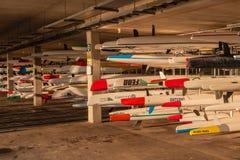 Imbarcazioni da regata della canoa degli Spuma-sci che tengono gli scaffali Immagini Stock