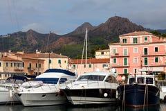 Imbarcazioni a motore a Oporto Azzurro, isola dell'Elba Immagini Stock Libere da Diritti