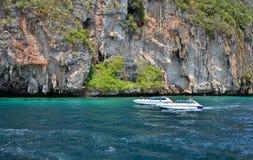 Imbarcazioni a motore sull'oceano del parco nazionale di Phang Nga Fotografia Stock