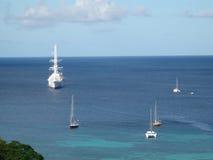 Imbarcazioni a vela all'ancora nei Caraibi. Immagini Stock