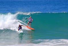 Imbarchi sui surfisti alla spiaggia di Aliso, il Laguna Beach, la California fotografia stock libera da diritti