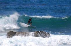 Imbarchi sulla guida del surfista in un'onda al Laguna Beach, CA Immagine Stock Libera da Diritti