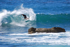 Imbarchi sulla guida del surfista in un'onda al Laguna Beach, CA Fotografie Stock Libere da Diritti