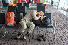 Imbarco aspettante del salotto e della gente dell'aeroporto Immagine Stock Libera da Diritti