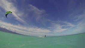 Imbarco dell'aquilone dell'uomo nell'oceano che fa trucco sopra la macchina fotografica stock footage