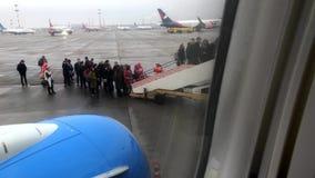 Imbarco della gente all'aeroplano al portone nell'aeroporto di Vnukovo video d archivio