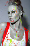 Imbianchino femminile Splattered con idropittura Immagine Stock