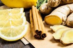 Imbir, cytryna, cynamonowi kije i rozmaryny, - pożytecznie additives herbata i napoje zdjęcia royalty free
