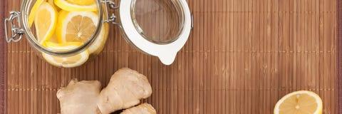 Imbir i puszka cytryna plasterki na bambusie matujemy na widok zdjęcie royalty free