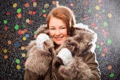 Imbirowa dziewczyna jest ubranym mitynki w futerkowym żakiecie z śniegiem Fotografia Stock