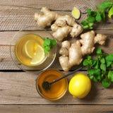 Imbirowa herbata z składnikami na drewnie zdjęcie royalty free