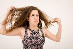 Imbirowa nastoletnia dziewczyna Bawić się Z Włosiany Przyglądający Up Fotografia Stock