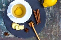 Imbirowej gorącej immunitetowej reklamiarskiej witaminy naturalny napój Z cytryną, miód, cynamon i składniki, zdjęcie royalty free
