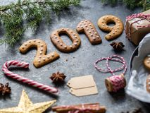 Imbirowi bożych narodzeń lub nowego roku ciastka w postaci liczb 2019 na ciemnym tle Sezonowy pakować i nowego roku ` s attribut obrazy royalty free