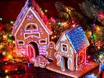 Imbirowi chlebów domy z Bożenarodzeniową girlandą Fotografia Royalty Free