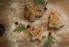Imbirowi Chlebowi Bożenarodzeniowi ciastka z czerwieni, białego & zielonego lodowaceniem, obrazy stock