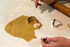 Imbirowi chlebowi ciastka, proces produkcji Obrazy Royalty Free
