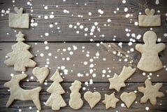Imbirowy Chlebowy Otokowy Drewniany tło z śniegiem Zdjęcie Royalty Free