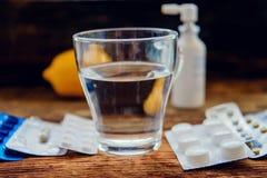 Imbiru, cytryny, miodowych i różnych leki na drewnianym tle, Alternatyw remedia i tradycyjne pigułki taktować zimna i grypę n obraz stock