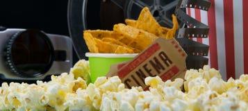 Imbiss in der Kinobar, umgeben durch Retro- Sachen, zwei Karten lizenzfreies stockbild