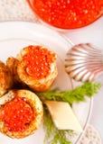 Imbiss mit russischen Pfannkuchen und rotem Kaviar Lizenzfreie Stockbilder