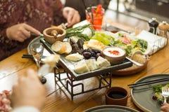 Imbisse auf dem Tisch im Restaurant lizenzfreie stockfotos