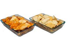 Imbisspittabrot eins einfach, eins scharf in zwei Platten von quadratischen transparenten Tellern lizenzfreies stockbild