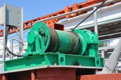 Imbracatura del cavo metallico o imbracatura del cavo sul fusto della bobina della gru o sul rotolo dell'argano di gru la macchin fotografia stock libera da diritti
