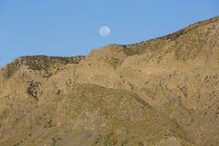 Imbrogli la luna e la montagna al EL Leoncito, Argentina della pampa Fotografia Stock Libera da Diritti