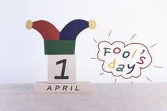Imbroglia il giorno del `, data 1° aprile sul calendario di legno Fotografia Stock Libera da Diritti